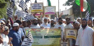 حیدرآباد: جمعیۃ علمائے تلنگانہ واے پی کے کارکنان وذمہ دارن یروشلم کو اسرائیل کی راجدھانے قراردینے پر امریکہ کیخلاف مظاہرکرتے ہوئے۔۔۔